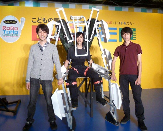 開発したスケルトニクスと一緒に並ぶ創業メンバー。左から、中野桂樹氏、阿嘉倫大氏、白久レイエス樹氏。